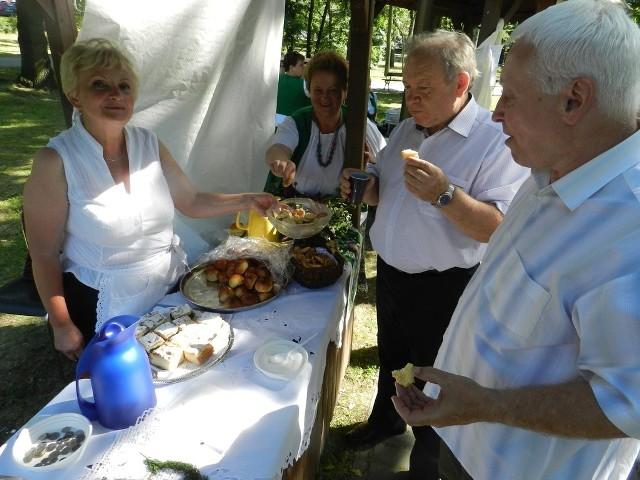 Z lewej Danuta Dąbrowska z koła gospodyń wiejskich w Chrzelicach. Przy stoisku stoją: Wojciech Tarnawski i Ryszard Babiarz.