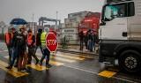 Przewoźnicy przyblokowali gdański DCT. Protest kierowców samochodów ciężarowych na ulicy Kontenerowej [zdjęcia]