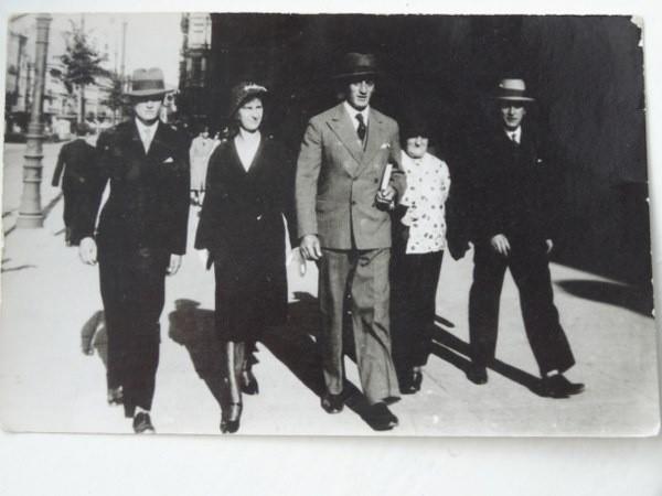 Bracia Rychliccy z żonami na spacerze po Poznaniu. W środku Ludwig, dziadek Angeli Merkel