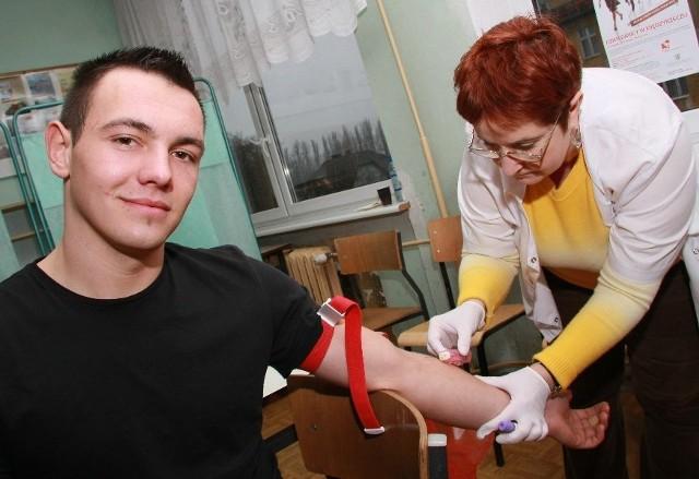 Dariusz Wierzbicki jest krwiodawcą. Tym razem oddał krew, żeby zarejestrować się w bazie dawców szpiku. Próbkę pobrała od niego Danuta Mizera.