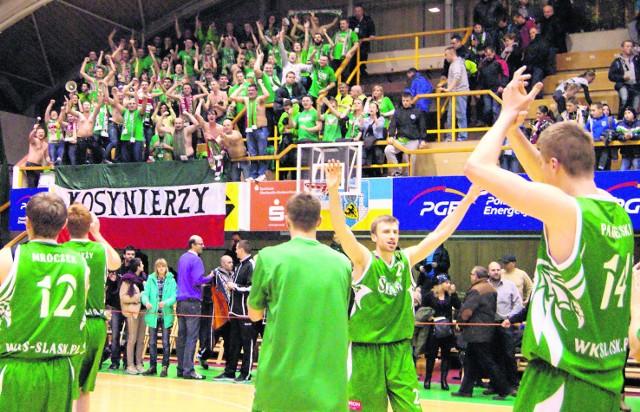 Radość we wrocławskim obozie po końcowej syrenie była ogromna. Koszykarze Śląska dziękowali swoim kibicom, którzy do Zgorzelca dotarli dopiero na drugą połowę. Mimo to, było jednak warto