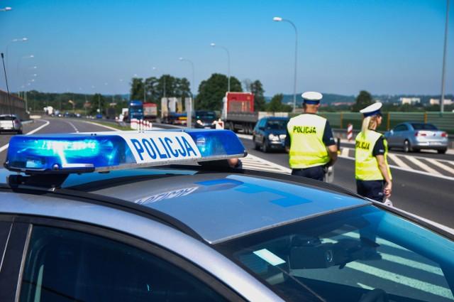 Policjanci zatrzymali do kontroli volkswagena golfa. Okazało się, że autem podróżowało w sumie osiem osób, w tym pięcioro dzieci i niemowlę. Dodatkowo samochód był niesprawny technicznie.