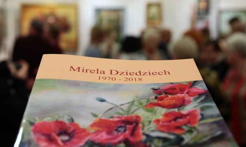 W grudziądzkiej Galerii Akcent otwarto wystawę malarstwa Mireli Dziedziech, zmarłej w kwietniu grudziądzkiej malarki, która była wielokrotnie nagradzana na krajowych i międzynarodowych przeglądach artystycznych osób niepełnosprawnych.
