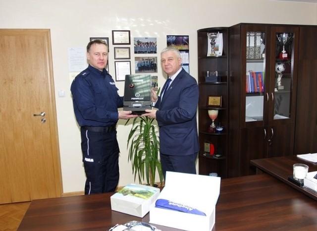 Urządzenie, z którego każdy będzie mógł skorzystać bez angażowania funkcjonariuszy, zostało przekazane hajnowskim policjantom przez Burmistrza Miasta Hajnówka.