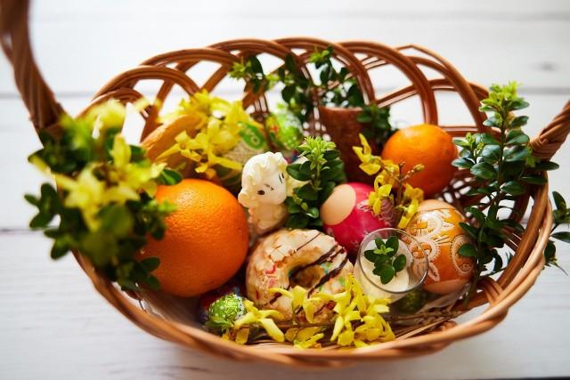 Do koszyka można przekazać pełnowartościowe, hermetycznie zapakowane np. produkty nabiałowe, konserwy, makaron, cukier, ryż, olej, słodycze, bakalie, miód, dżem, herbatę i ciastka.