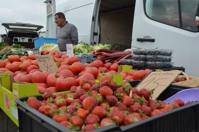 Ceny truskawek dwa razy wyższe niż rok temu. W czwartek na targu w Uniejowie krajowe owoce można było kupić w cenie od 12 do 16 zł za kilogram