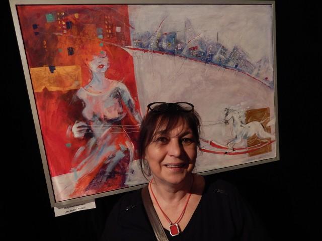Zimowy Las Sztuki w Ekostudio. Małgorzata Kowalcze prezentuje nagrodzony obraz.