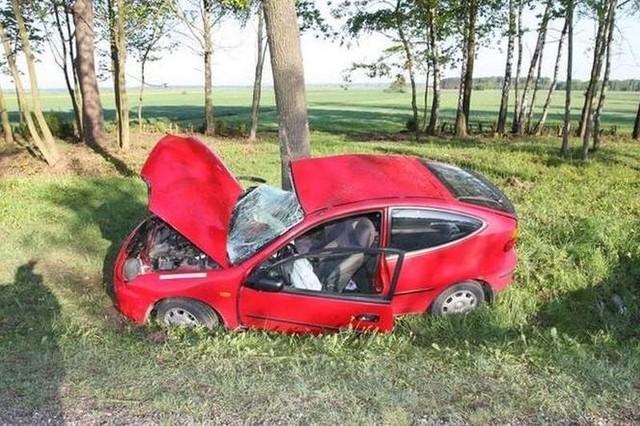 W rejonie Bociek 23-latka zjechała na przeciwległy pas jezdni, a następnie na pobocze, gdzie uderzyła w drzewo. Pasażer trafił do szpitala.