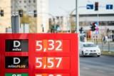 Stacje paliw często wykorzystują okres dynamicznych spadków cen do tego aby obniżyć cenę mniej i mieć tę wyższą marżę dla siebie