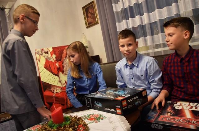 """Jak co roku, w okresie bożonarodzeniowym, byliśmy w Topoli pod Inowrocławiem. To tam mieszkają popularne czworaczki: Wiktoria, Patryk, Eryk i Mikołaj Grabscy. Inicjatorem odwiedzin rodzeństwa i ich najbliższych był Sławomir Szeliga, inowrocławski dziennikarz społeczny. Już od 10 lat obdarowuje on rodzeństwo świątecznymi prezentami, a od czterech lat zagląda do Topoli ze swym synem Kacprem. Wizyty w domu państwa Grabskich są zawsze okazją do porozmawianiach o ich czterech """"skarbach"""". Pokazują też, jak szybko upływa czas.  Okazuje się, że dzieciaki już za dwa miesiące obchodzić będą... 12. urodziny. Rodzice nie mogą nachwalić się swych pociech. Czworaczki uczą się dobrze, a co najważniejsze, nie trzeba ich do nauki szczególnie namawiać. Chętnie spędzają czas z książkami, a także poświęcają go na swoje pasje, piłkarskie treningi, a Weronika na śpiewanie."""