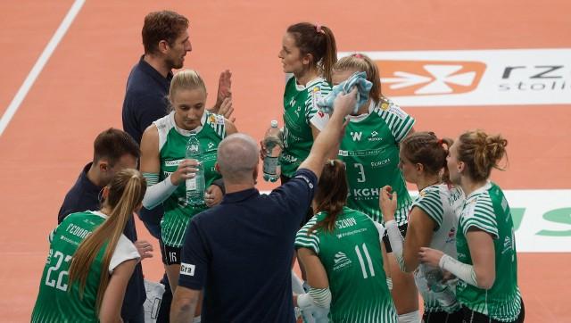 Siatkarski #VolleyWrocław potwierdził, że ma wśród swoich siatkarek koronawirusa. Najbliższe mecze drużyny zostały odwołane.WAŻNE! Więcej informacji na kolejnej stronie - przejdź za pomocą gestów lub strzałek.
