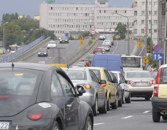 Układ komunikacyjny miasta jest niewydolny. Wzrasta stale ilość samochodów powodujących hałas, który może człowieka doprowadzić do depresji.