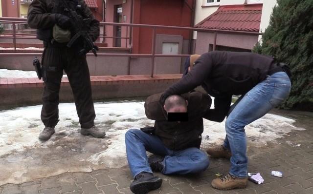 Policjanci olsztyńskiego CBŚP zatrzymali w warmińsko-mazurskim 4 osoby trudniące się sutenerstwem i kuplerstwem.  W zamian za udostępnianie mieszkania, zamieszczanie ogłoszeń na internetowych portalach erotycznych czy dowóz do klienta przestępcy otrzymywali prowizję. Według ustaleń policjantów CBŚP, sutenerzy wzbogacili się na tym procederze o ponad 150 tys. złotych.