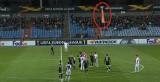 Skandal na meczu Ligi Europy. Dron z flagą nad murawą, wściekli kibice wtargnęli na murawę