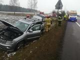 Boczki Świdrywo. Wypadek na DK 61 na trasie Szczuczyn - Grajewo. Kierowca Jeepa zjechał do rowu unikając zderzenia [ZDJĘCIA]