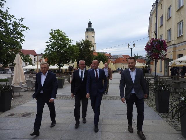 Szef PO Borys Budka na Rynku Kościuszki w Białymstoku wspiera kampanię Rafała Trzaskowskiego razem podlaskimi politykami Koalicji Obywatelskiej
