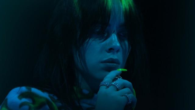 """Film dokumentalny o młodej gwieździe muzyki """"Billie Eilish: Świat lekko zamglony"""" jest już dostępny na platformie Apple TV+"""