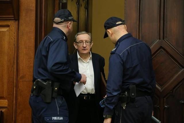 Były senator Józef Pinior będzie kontynuować karę systemie dozoru elektronicznego. Zmienił jednak niektóre postanowienia sądu pierwszej instancji.