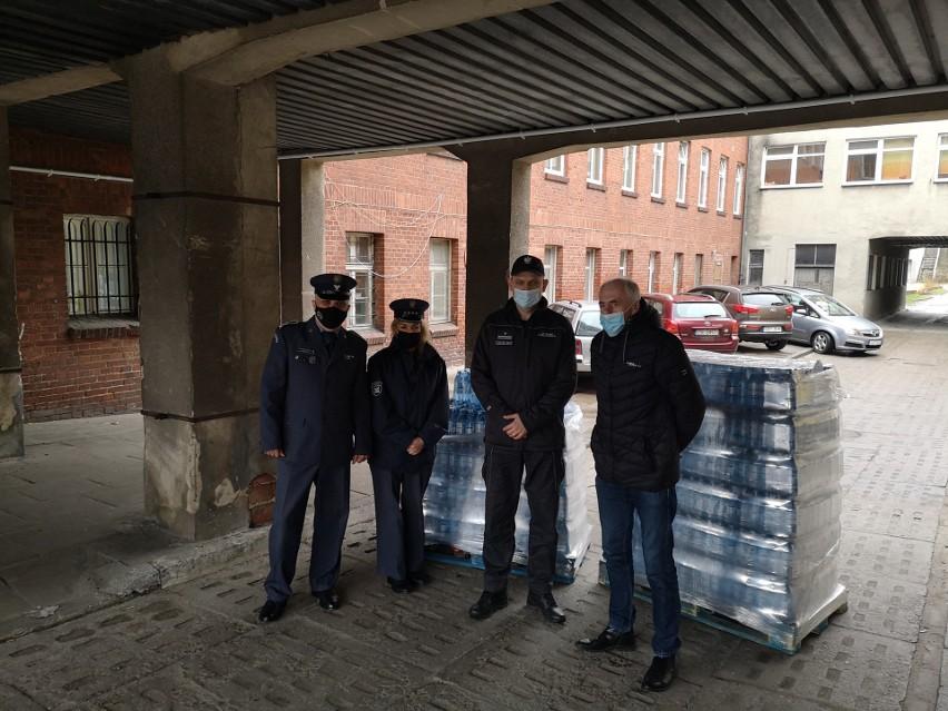 Dwa tysiące dwieście butelek wody pojechało w poniedziałek z...