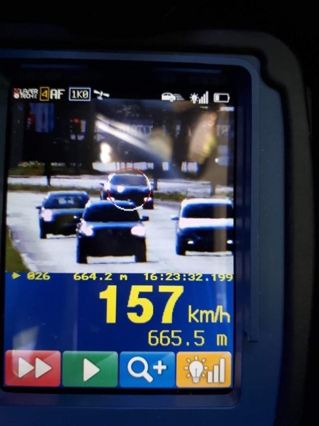 2 maja około godz. 19.15 policjanci na al. Bartoszewskiego zatrzymali do kierowcę BMW, który jechał z prędkością 146 km/godz., czyli przekroczył dozwolona prędkość o 76 km/godz. Mężczyzna powiedział, że odebrał samochód od mechanika, chciał go przetestować i zapomniał, że nie jest na autostradzie. 25-latkowi policjanci zatrzymali prawo jazdy a także ukarali go mandatem karnym w wysokości 500 zł. Na jego konto kierowcy wpłynęło 10 punktów karnych.