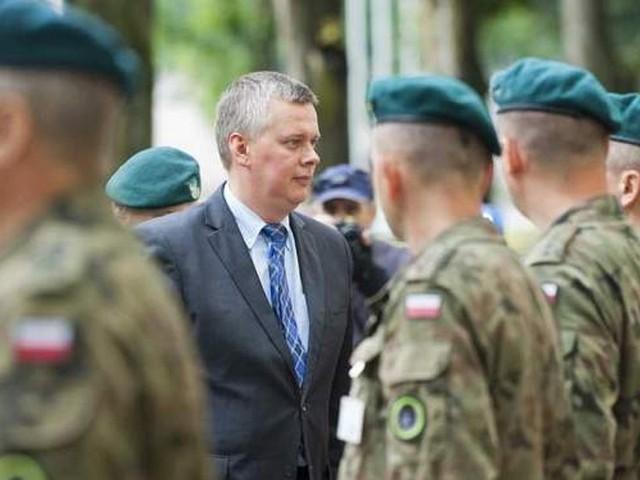 Tomasz Siemoniak był w 8. Koszalińskim Pułku Przeciwlotniczym w sierpniu 2013 roku. Teraz odwołał jego dowództwo.