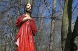 """Figura """"Chrystusa bez ręki"""" po renowacji wróciła do parku leśnego Dębina. Za nazwą kapliczki kryje się ciekawa historia [ZDJĘCIA]"""