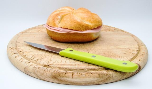Bułka z szynką albo masłem i miodem to standardowe śniadanie na diecie trzustkowej