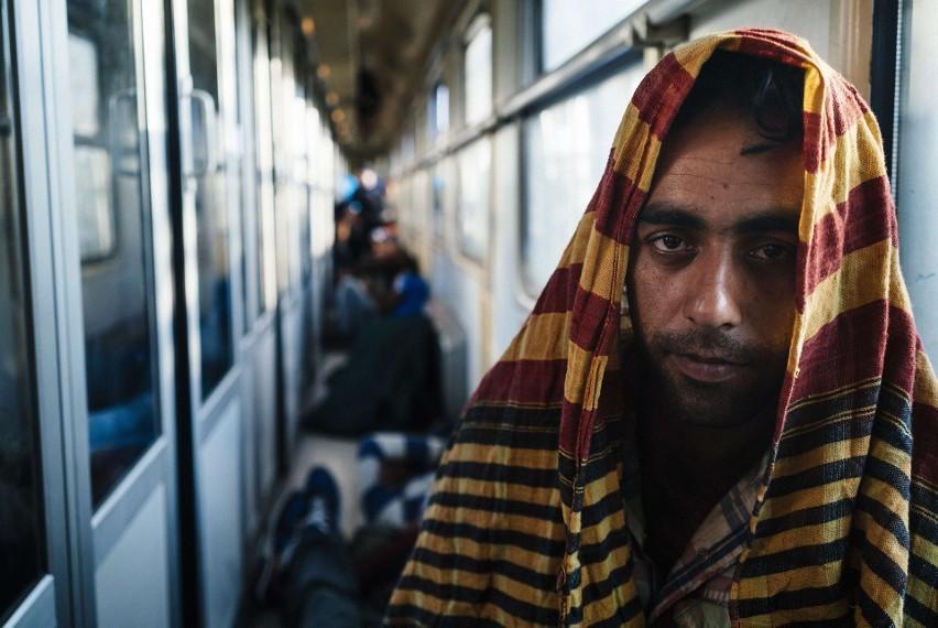 Uchodźca w zatłoczonym pociągu na Węgrzech