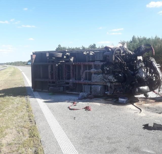 W piątek doszło do dwóch wypadków na drodze S8 w Łódzkiem. O świcie w miejscowości Dąbrówka pod Łaskiem zginął 49-letni pasażer audi A4, a w godzinach popołudniowych na S8 w Zduńskiej Woli tir zablokował przejazd. ZOBACZ ZDJĘCIA