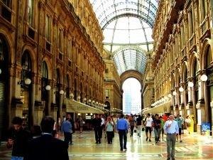 Wystrzałowe zakupy. Tylko kogo będzie stać na robienie ich w znanej galerii w Mediolanie? Fot. scx.