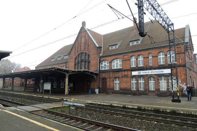 Za nim Dworzec Wschodni stał się Dworcem Wschodnim, przez pół wieku wisiały na nim tablice z nazwą Toruń Mokre. Wygląda na to, że konkurencji w postaci przystanku kolejowego na Mokrem dworzec się nie doczeka, ale za to jego remont jest już coraz bliżej