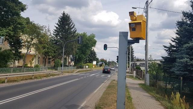 Kierowcy, którzy dotychczas mieli za nic ograniczenie prędkości na drodze krajowej nr 71 w Woli Zaradzyńskiej w gminie Ksawerów, muszą mieć się na baczności. Na poboczu drogi (między  lokalną szkołą podstawową a remizą Ochotniczej Straży Pożarnej w Woli Zaradzyńskiej) został uruchomiony fotoradar. Jak informuje Urząd Gminy w Ksawerowie, urządzenie zostało uruchomione w miniony wtorek. Od tego czasu nieustannie mierzy prędkość przejeżdżających tamtędy pojazdów i robi zdjęcia kierowców z ciężką nogą. W ciągu pierwszej doby zrobił 100 zdjęć. Czytaj więcej na następnej stronie