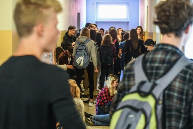 W przepełnionych szkołach o zachowanie dystansu będzie bardzo trudno