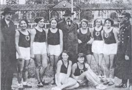 Od lewej - kierownik sekcji Maksymilian Ludertowicz, w środku prezes klubu-płk Mikołaj Kawelin