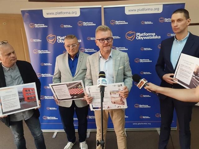 Radni Koalicji Obywatelskiej z Grudziądza: Mariusz Żebrowski(od lewej), Krzysztof Misiewicz, Tomasz Smolarek, Paweł Napolski wnioskują o wpisanie kilkudziesięciu inwestycji o jakie proszą mieszkańcy do realizacji budżetu na 2022 rok