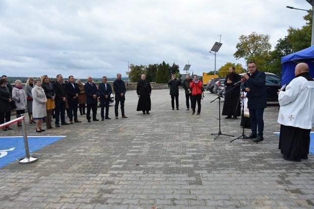 W Iwaniskach oddano do użytku nowy parking przy cmentarzu.