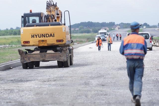 Kilka lokalnych firm zaangażowanych przy budowie autostrady A4 między Tarnowem i Dębicą oszukał Ryszard K., podwykonawca inwestycji