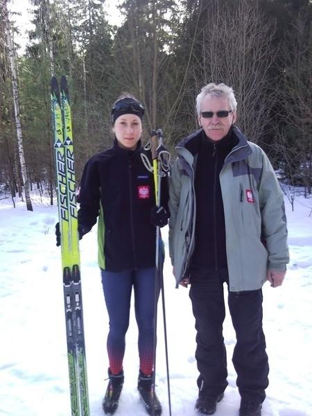 Emilia Romanowicz z trenerem Janem Żmojdą.  Dziś i jutro narciarka z Supraśla powalczy o medale Młodzieżowych Mistrzostw Polski.