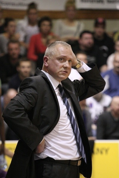 Dariusz Maciejewski w marcu skończy 49 lat. Od 2000 r. trener AZS PWSZ Gorzów, z którym awansował do pierwszej ligi, a później ekstraklasy (w latach 2008-2011 cztery medale mistrzostw Polski seniorek). Były szkoleniowiec polskiej reprezentacji.