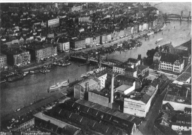 Widok z lotu ptaka na zabudowę miasta po obu stronach Odry, w rejonie mostu Długiego. Po prawej budynek Urzędu Celnego (1930 r.)