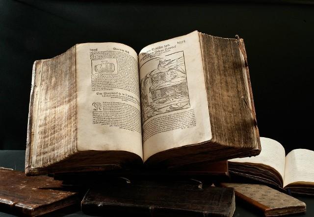 """Starodruk - """"Cosmographia"""" Sebastian Münstera, wydana w 1564 roku w Bazylei zawierająca jeden z pierwszych opisów Żup Krakowskich"""