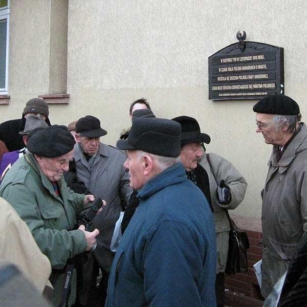 Na ścianie budynku przy ul. Wybrzeże Jana Pawła II, w którym w 1918 r., w czasie walko polsko - ukraińskich działała Polska Rada Narodowa, wmurowano pamiątkową tablicę. To był wzruszający moment dla wielu uczestników konferencji.