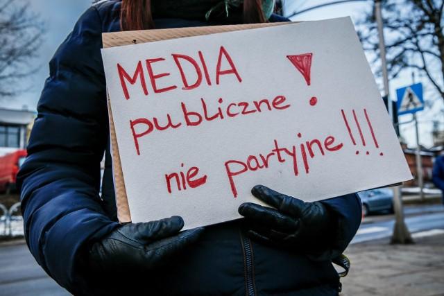 """20.01.2019 r. - jeden z protestów zorganizowanych przed gdańskim oddziałem TVP pod hasłem """"Media publiczne nie partyjne - stop mowie nienawiści"""""""