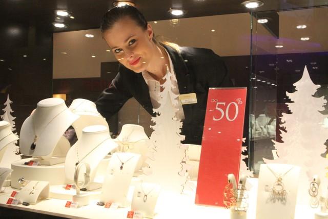 Wyprzedaże zimowe w Galerii Korona KielceW salonie z biżuterią Kruk 1840 ekskluzywny towar jest teraz do 50 procent tańszy, ale to nie koniec  przecen. - Właśnie przygotowujemy się do kolejnego pogłębiania przecen - mówi Iwona Orłowska.