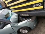 Wypadek na Żernickiej. Skoda wbiła się w wywrotkę