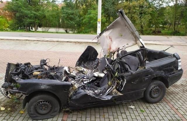 Kiedy strażacy dotarli na miejsce volkswagen leżał w przydrożnym potoku, a dodatkowo jedno z drzew przygniatało auto i znajdującego się w nim 18-latka