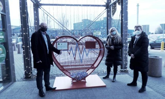 Czerwone serca stanęły przy Centrum Handlowym Pogoria. Teraz zysk ze sprzedaży plastikowych nakrętek przeznaczony zostanie na wsparcie Zuzi i Adasia Zobacz kolejne zdjęcia/plansze. Przesuwaj zdjęcia w prawo - naciśnij strzałkę lub przycisk NASTĘPNE