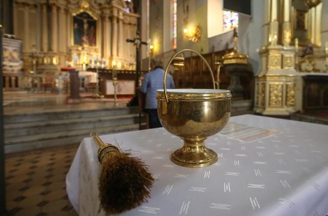 Wchodząc do kościoła, zobowiązujemy się do przestrzegania szeregu norm. Zobaczcie, za jakie zachowania możesz zostać poproszony o opuszczenie mszy. Szczegóły na kolejnych zdjęciach >>>