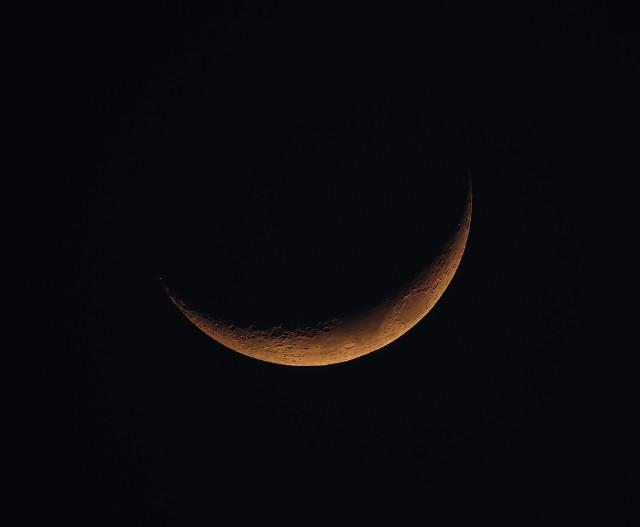 Kiedy Księżyc znajduje się między Słońcem a Ziemią, jest dla nas niewidoczny. Wtedy mówimy, że  jest w nowiu. Przed nami nów już w poniedziałek 16 kwietnia.