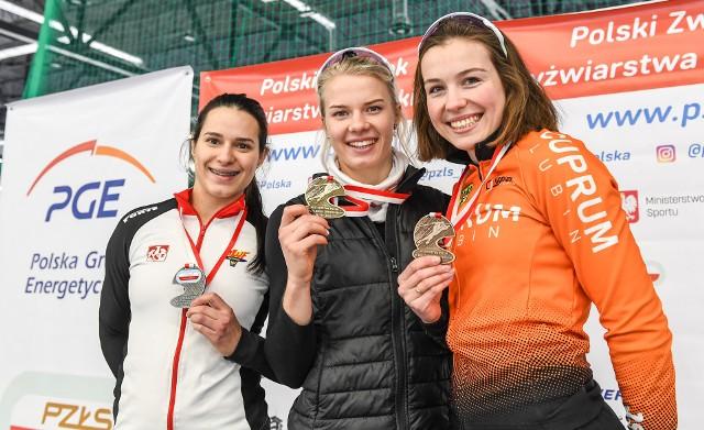 Karolina Bosiek (w środku) zdominowała w tym roku łyżwiarskie mistrzostwa Polski. Tomaszowianka w mistrzostwach w wieloboju sprinterskim wyprzedziła Andżelikę Wójcik (od lewej) i Kaję Ziomek